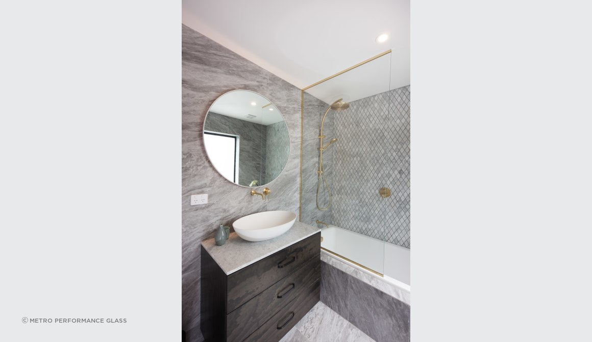 Glass bath screen & round mirror